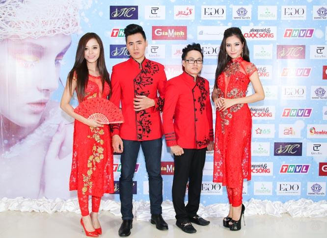 Tommy Nguyễn cùng các người mẫu trước giờ trình diễn