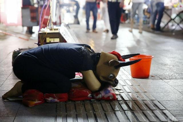 Cô bé 15 tuổi đội đầu bò, quỳ gối xin tiền chữa bệnh cho cha