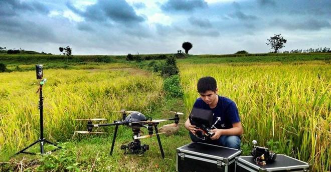 """""""Tôi thấy hoa vàng trên cỏ xanh"""" dùng máy quay flycam nào?"""
