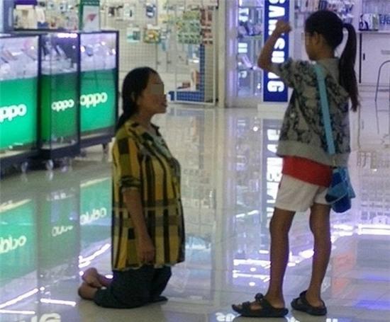 Mẹ tàn tật quỳ gối trước mặt con gái vì không mua được điện thoại cho con
