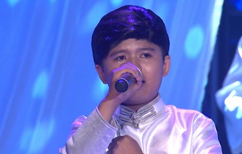 Cậu bé 11 tuổi khóc nức nở khi hát về mẹ