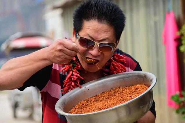 Người đàn ông ăn 2,5kg ớt tươi như quà vặt mỗi ngày