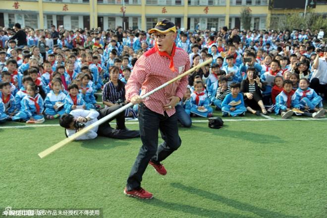 Lục Tiểu Linh Đồng múa gậy cho học sinh tiểu học