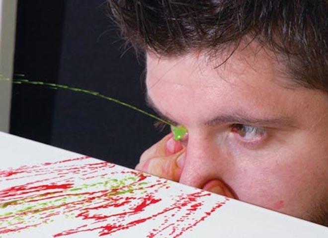 Chàng trai có khả năng vẽ tranh bằng mắt