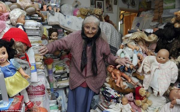 """Cụ bà 87 tuổi chung sống với """"kho báu"""" đồng nát ngập tận mặt"""