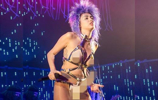 Miley Cyrus gây sốc khi đeo đồ chơi người lớn lên sân khấu