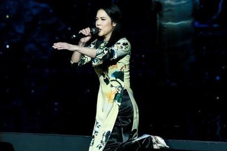 Thu Phương quỳ trên sân khấu hát sau khi bị vấp ngã
