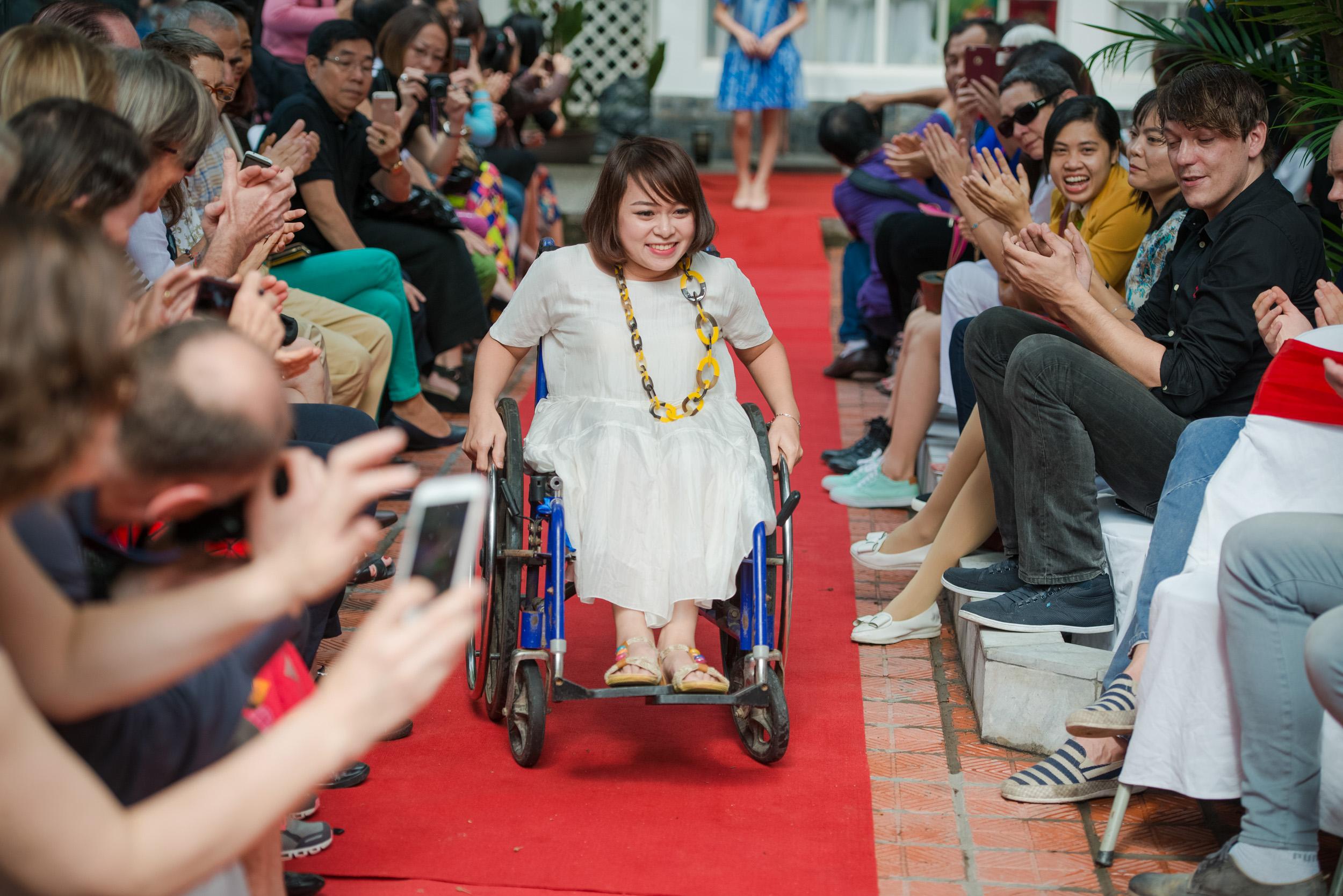 Trình diễn thời trang trên xe lăn khiến người xem xúc động