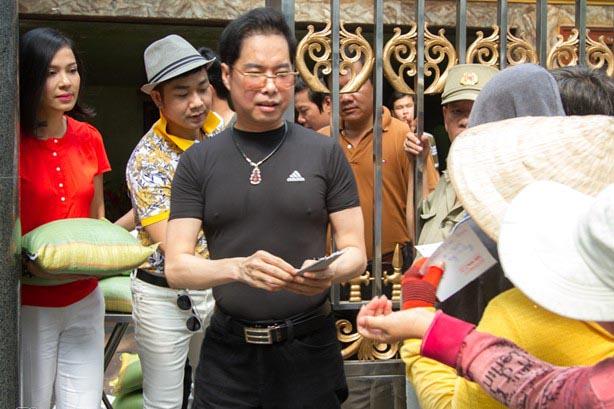 Ngọc Sơn phát 5 tấn gạo và tiền cho dân nghèo dịp sinh nhật