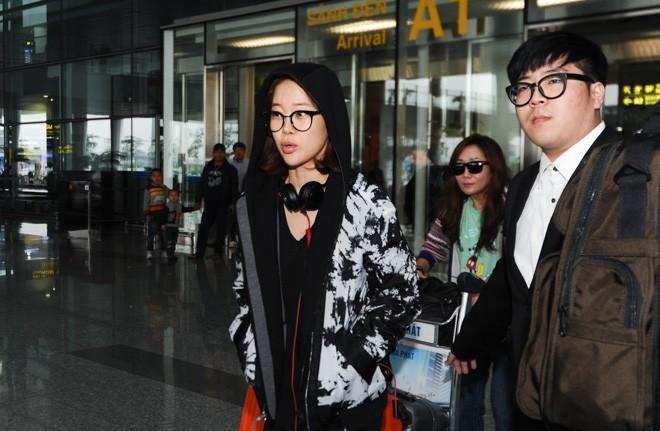 Baek Ji Young không được fan đón chào ở sân bay Nội Bài