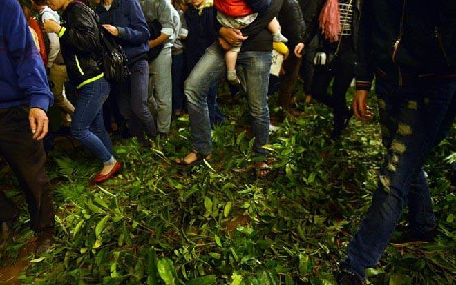 Ý thức người trẻ và câu chuyện giẫm hoa, xả rác ở Hồ Gươm