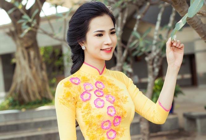 Hoa khôi Thời trang Lý Thiên Trúc rạng rỡ đón xuân với áo dài Tommy Nguyễn