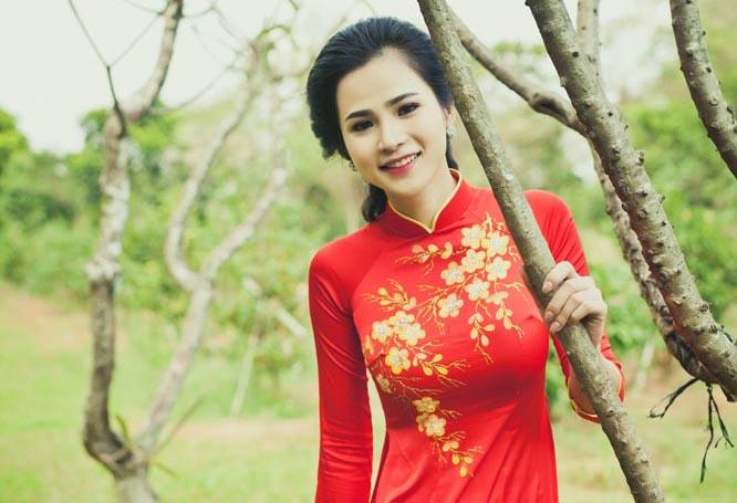 Hoa khôi Thời Trang rạng ngời trong sắc đỏ của áo dài Tommy Nguyễn