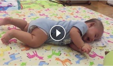 Bà xã Đăng Khôi khoe khoảnh khắc con trai 3 tháng tuổi tập lẫy
