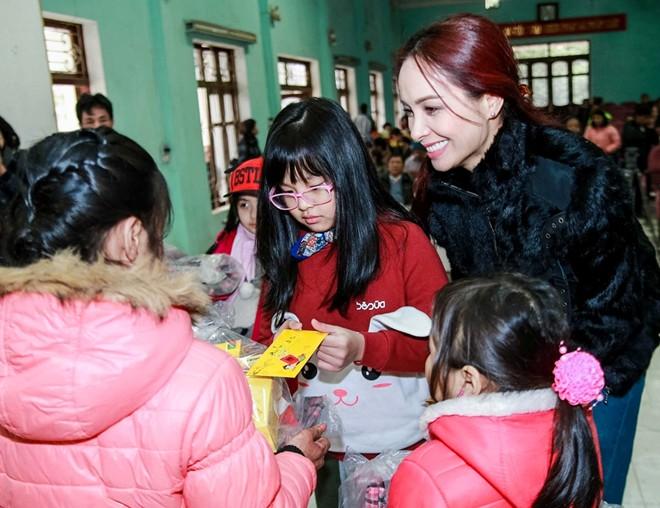 Thúy Hạnh đưa con gái đi làm từ thiện giữa trời rét