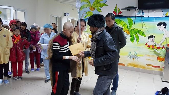 Trần Lập tới tặng quà bệnh nhi ung thư trong ngày giá rét