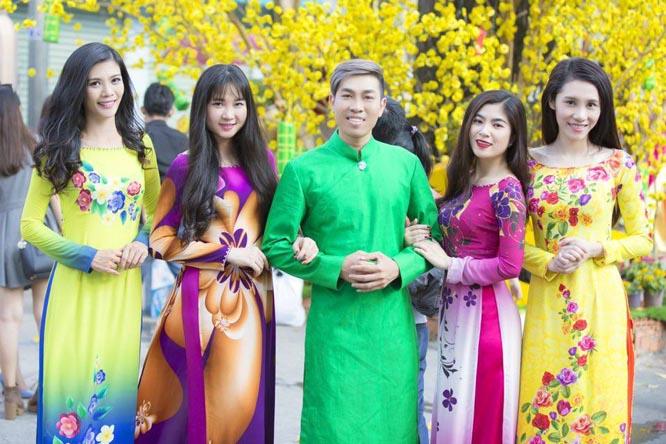Hồ Minh Tài nổi bật với áo the bên các người đẹp