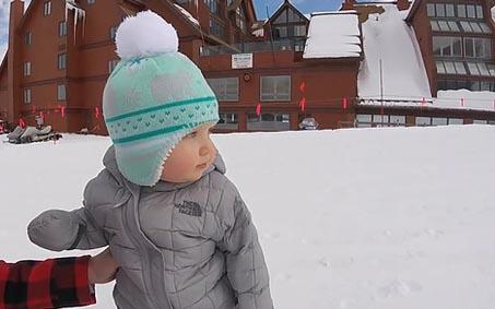 """Lần đầu trượt tuyết, cô bé 1 tuổi """"đốn đổ"""" trái tim hàng triệu người dùng mạng"""