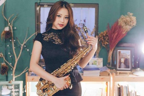 """Mỹ nữ thổi saxophone sở hữu nhan sắc """"vạn người mê"""" gây sốt"""