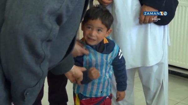Cậu bé nghèo làm áo đấu bằng túi rác sửa soạn sang Barcelona gặp Messi