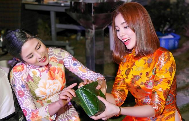 Hoa hậu Kỳ Duyên - Ngọc Hân rộn ràng gói bánh chưng