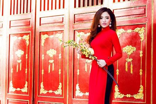 Lan Anh diện áo dài sắc đỏ đi lễ chùa đầu năm