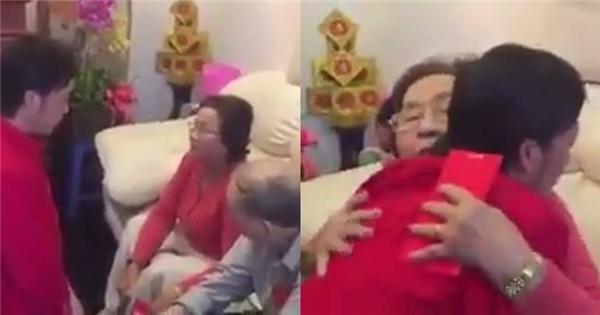 Hoài Linh bật khóc, ôm chầm lấy mẹ trong ngày đầu năm mới
