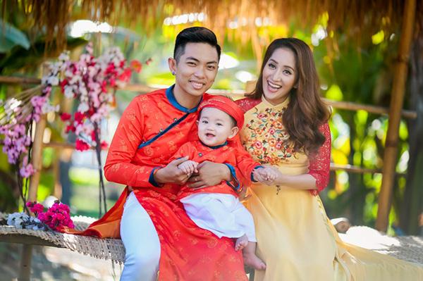 Khánh Thi - Phan Hiển hạnh phúc đưa con trai đi chơi đầu Xuân