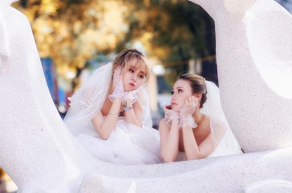 """Hai cô gái đi chụp ảnh cưới sau khi chia tay bạn trai: """"Tình cảm của chúng mình là thật"""""""