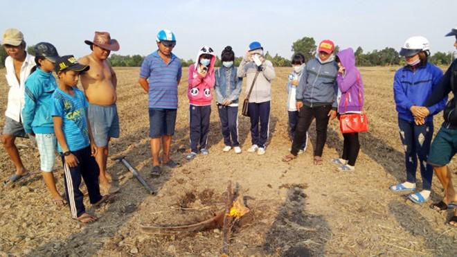 Lửa cháy giữa ruộng do khí metan từ lòng đất