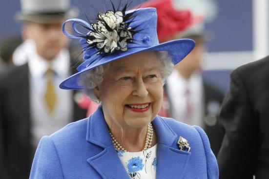 90 năm phong cách thời trang của Nữ hoàng Elizabeth II