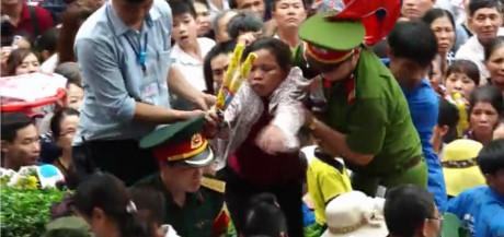 Chen lấn, ngất xỉu tại lễ hội đền Hùng