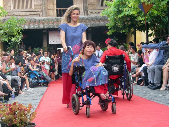 """Phụ nữ khuyết tật trình diễn thời trang: """"Tôi đẹp. Bạn cũng thế!"""""""