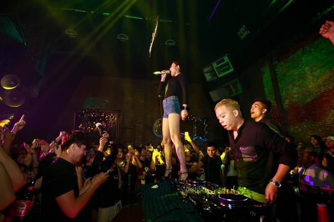 Tóc Tiên trèo lên sân khấu hát cạnh Hoàng Touliver