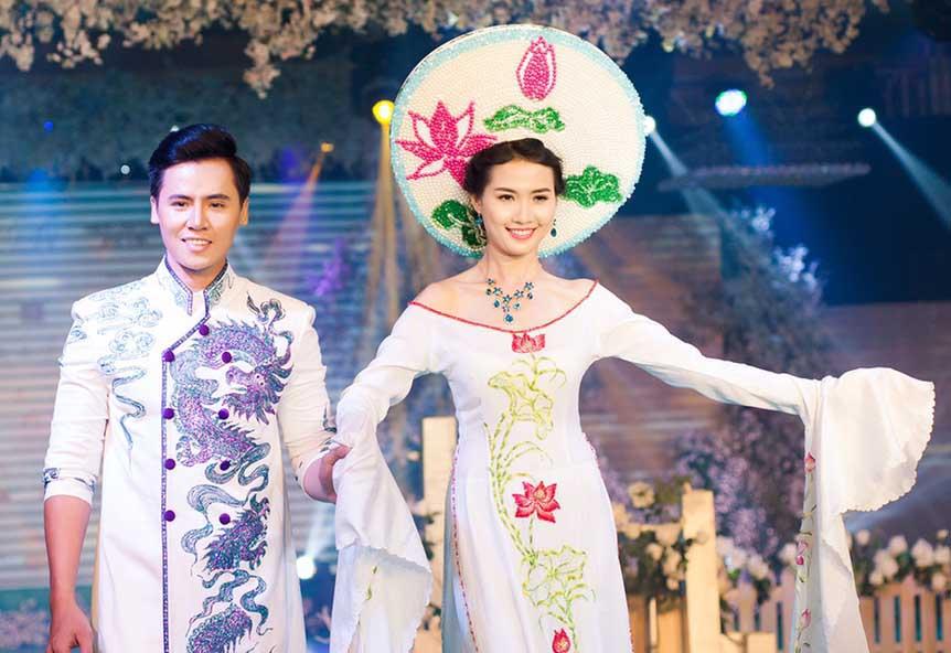 """Hồ Văn Phúc và Phan Thị Mơ sáng bừng catwalk mở màn đêm diễn BST """"Hạnh Phúc Ngày Thu"""""""
