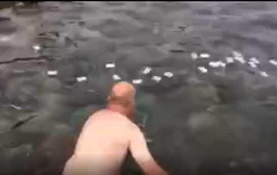Chuyện ông Tây không biết bơi nhưng vẫn cố lội xuống Ghềnh Đá Đĩa để vớt rác