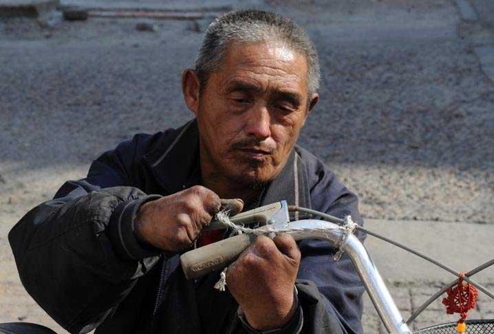 Người không chân, mất 9 ngón tay vẫn sửa xe đạp siêu đẳng