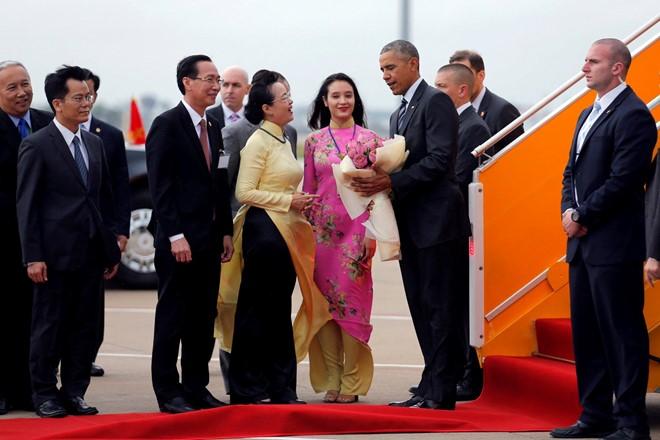 Cô gái Sài thành chọn hoa sen chào đón Tổng thống Obama
