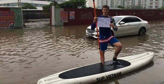 """Chàng Tây chèo """"thuyền ôm"""" giữa phố ngập lụt ở Hà Nội"""