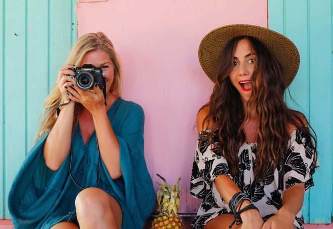 Hai cô gái mở màn trào lưu cùng bạn thân đi khắp thế gian