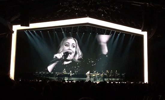 Adele quên lời và chửi thề trên sân khấu