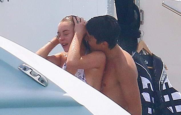 Người yêu triệu phú không ngừng ôm hôn Lindsay Lohan