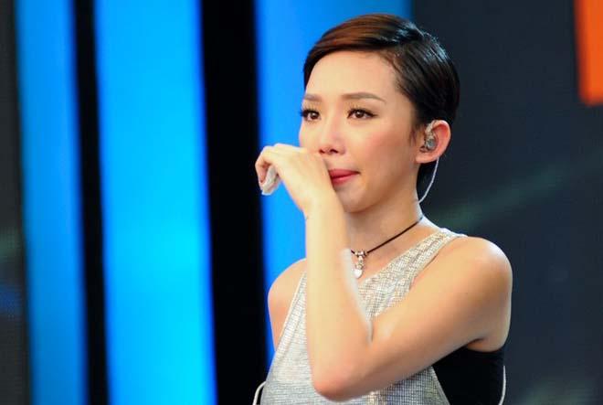 Tóc Tiên bật khóc khi nhắc đến Wanbi Tuấn Anh