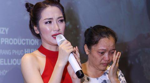 Hòa Minzy khóc xin lỗi vì làm bố mẹ tổn thương