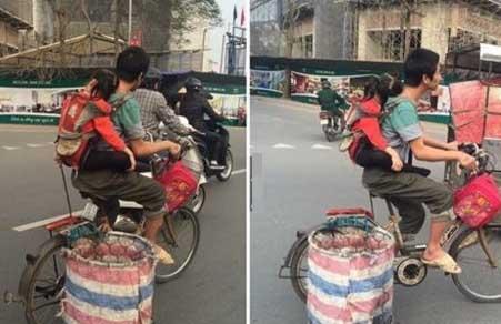Người cha địu con đạp xe đi nhặt rác gây xúc động