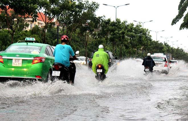 Các tuyến đường quanh sân bay Tân Sơn Nhất biến thành sông