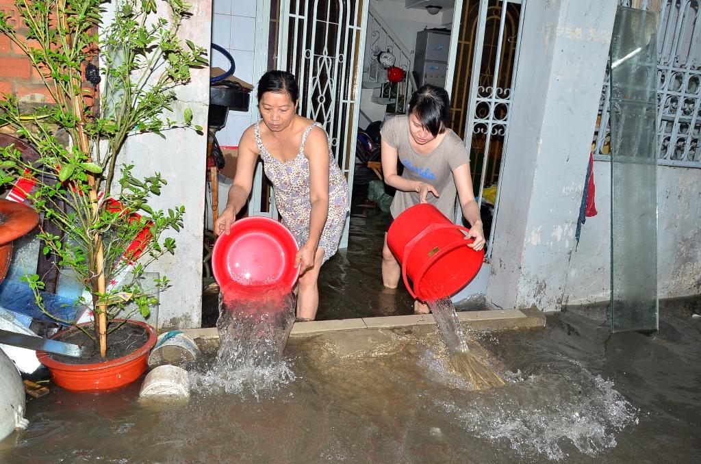 Người dân hì hục tát nước, thu dọn đồ đạc suốt đêm