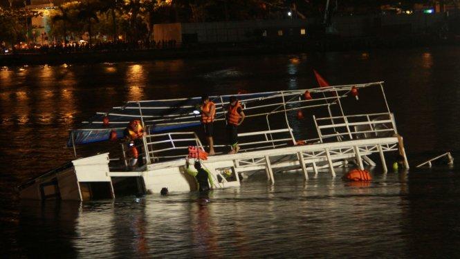 Tàu lật trên sông Hàn: Tìm người mất tích xuyên đêm