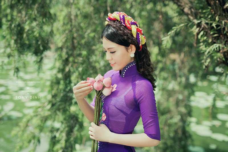 Người đẹp Thanh Trân dịu dàng mà gợi cảm với áo dài tím thơ mộng