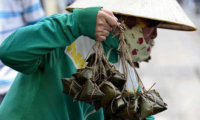 Người Sài Gòn mua lá cây, thức ăn diệt sâu bọ
